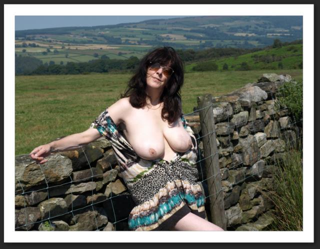 Femme amatrice nue dans la nature