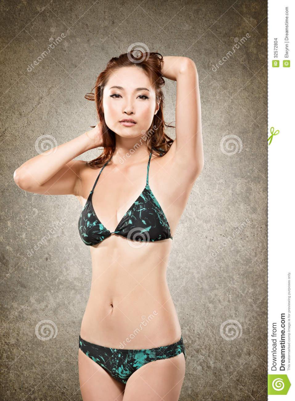 Femme asiatique en bikini imagesize:960×640