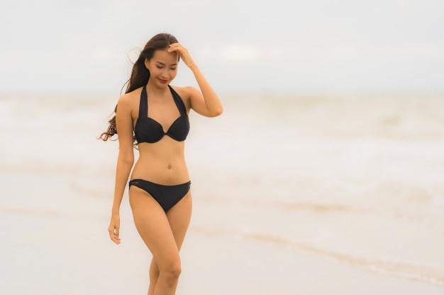 Femme asiatique en bikini