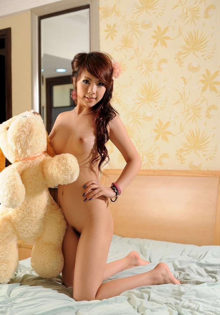 Femme asiatique nue en public