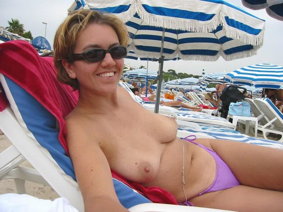 Femme blonde topless plage
