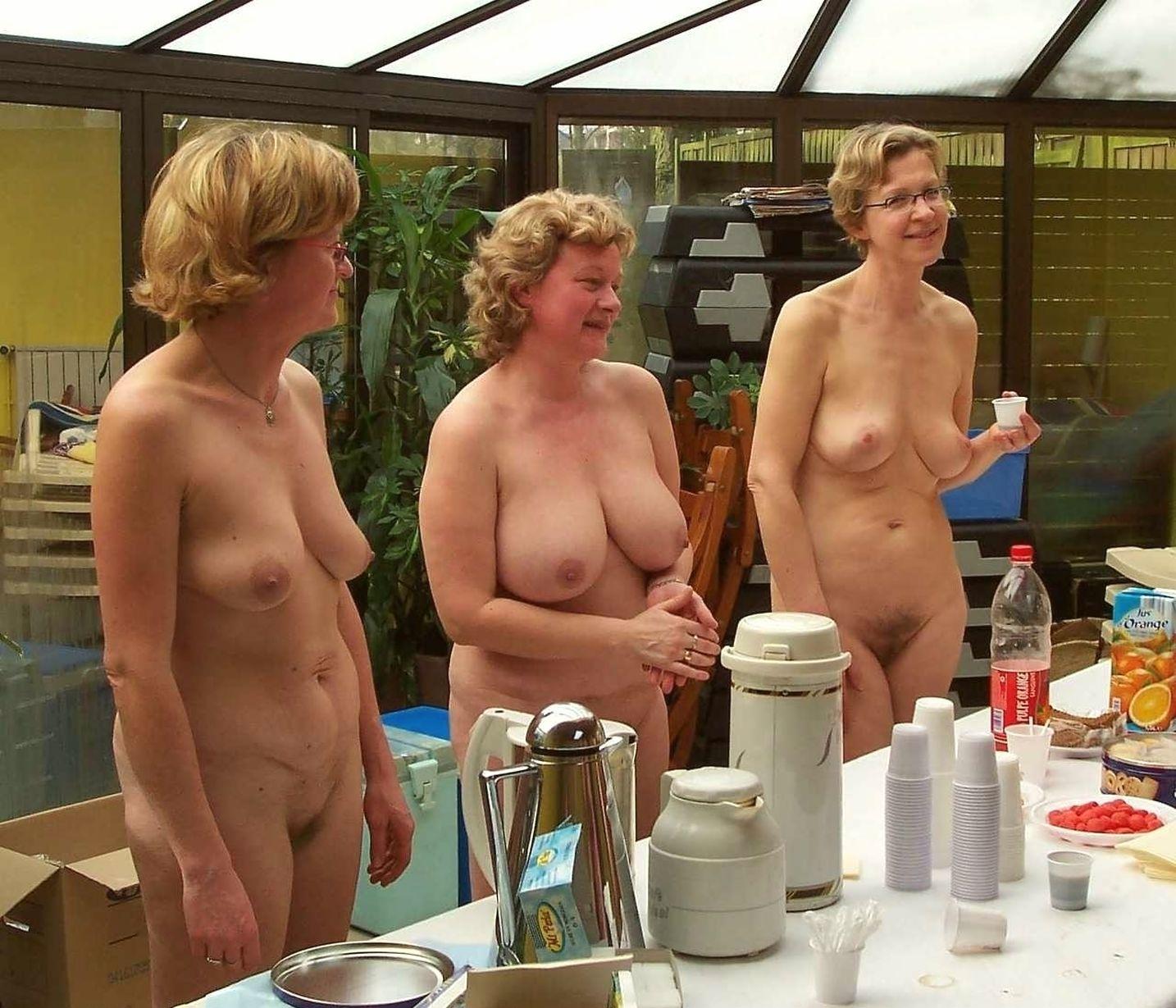Femme gros seins nue en public