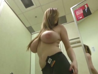 Femme gros seins voyeur cabine d'essayage