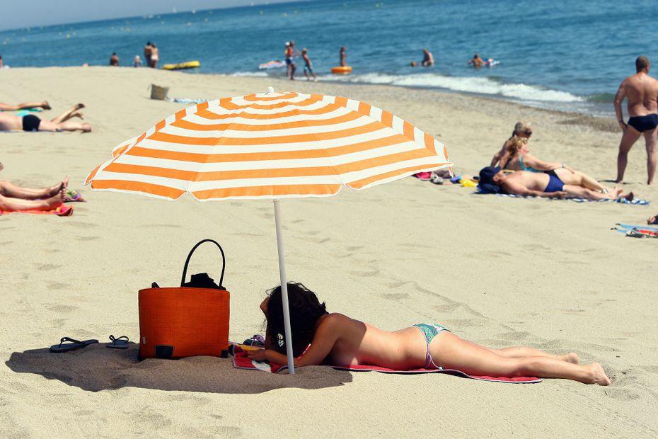 Femme poilue topless à la plage
