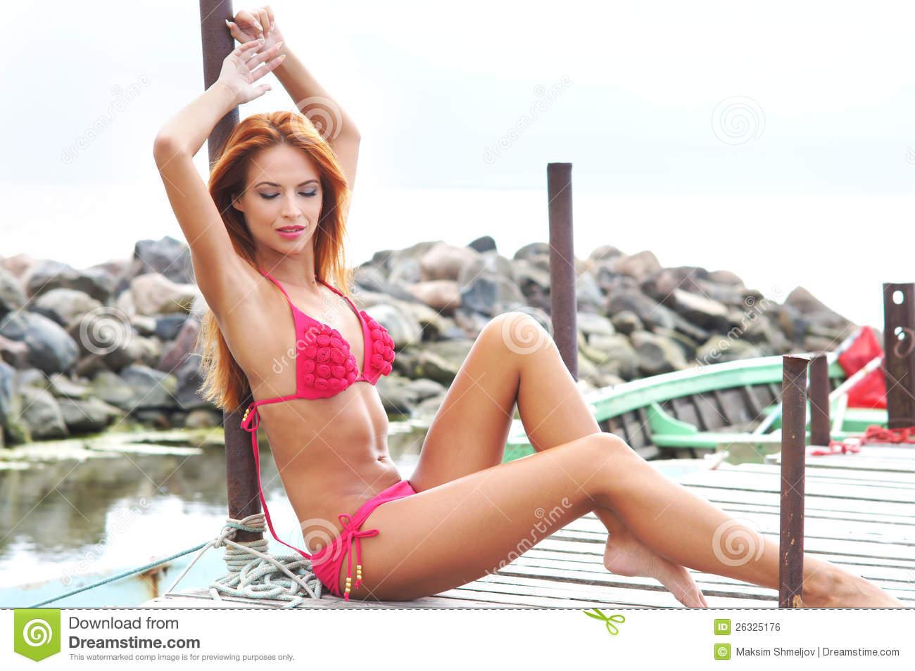 Femme rousse en bikini imagesize:960×640