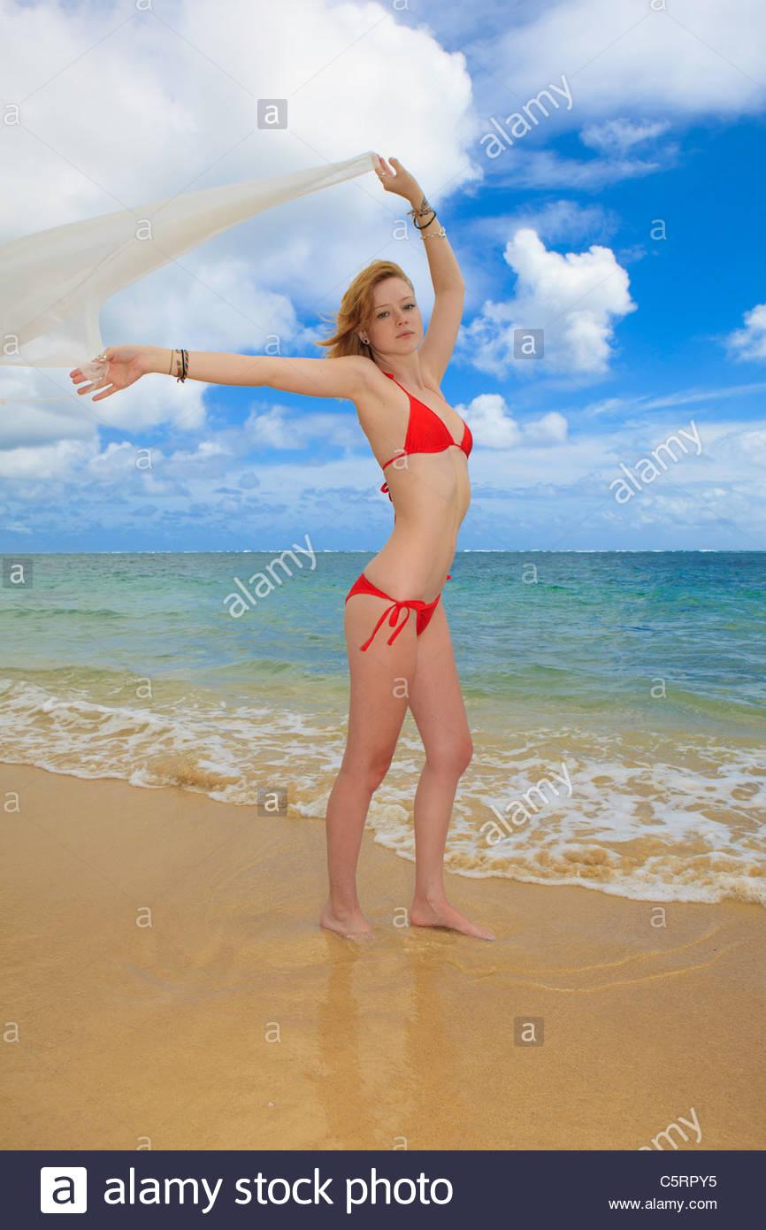 Femme rousse en bikini